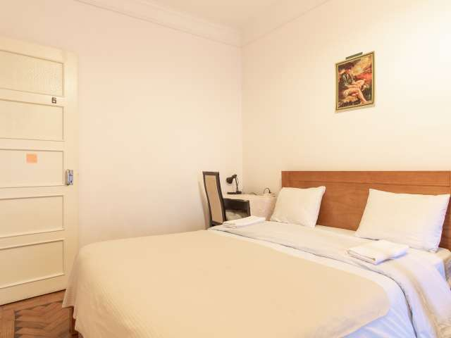 Room for rent in 3-bedroom apartment in Principe Real