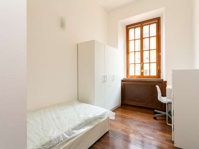 Room to rent in 5-bedroom apartment in city-centre, Milan