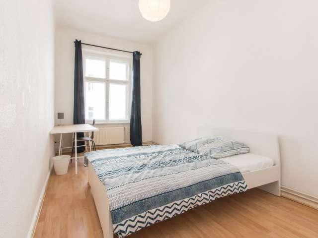 Großes Zimmer zur Miete in einer Wohnung mit 5 Schlafzimmern in Berlin