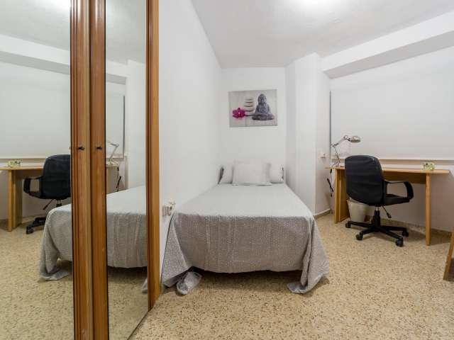 Rooms for rent in 5-bedroom apartment in Algirós, Valencia