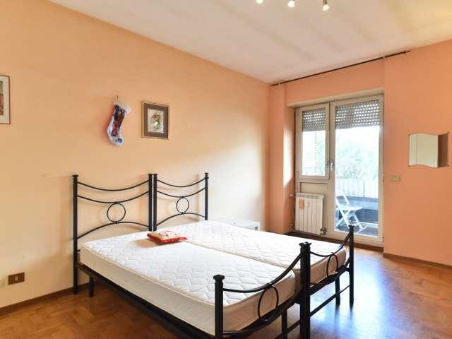 Spaziosa camera in appartamento con 3 camere da letto a Spinaceto, Roma
