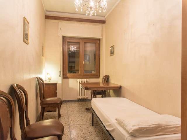 Stanza arredata in appartamento condiviso in San Giovanni, Roma