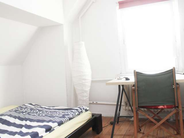 Room for rent in apartment with 6 bedrooms