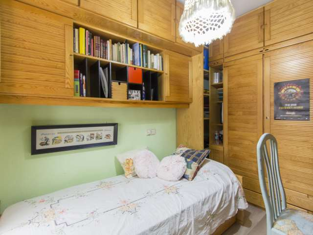 Equipped room in 2-bedroom apartment in Acacias, Madrid