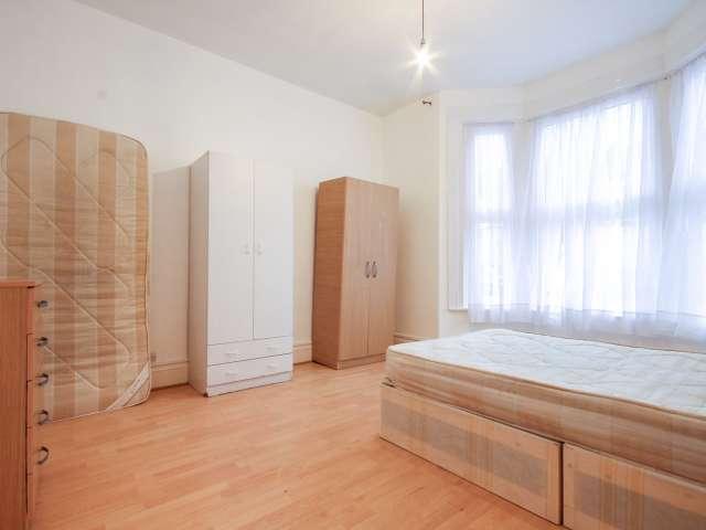 Spacious room in 6 bedroom houseshare in Tottenham, London