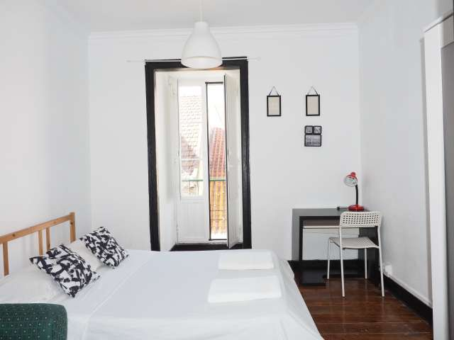Nice room to rent, 4-bedroom apartment, Baixa-Chiado, Lisbon