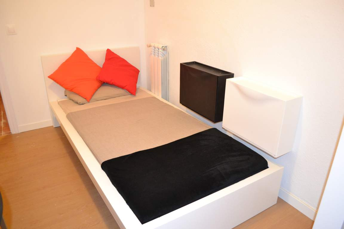 Room 1 single bed 80488