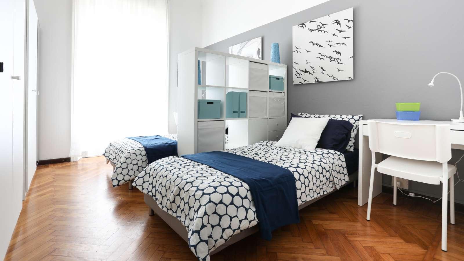 Appartamento 3 Camere Da Letto Milano : Ampia camera in appartamento con camere da letto a città