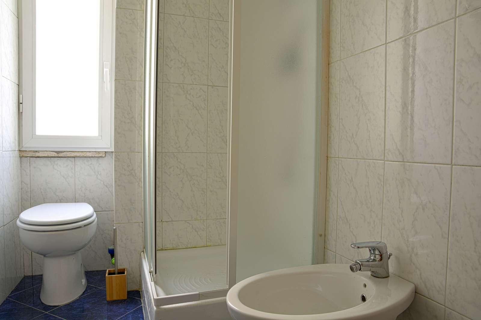 Grande monolocale in affitto vicino a via tironfale roma - Posso andare in bagno in inglese ...