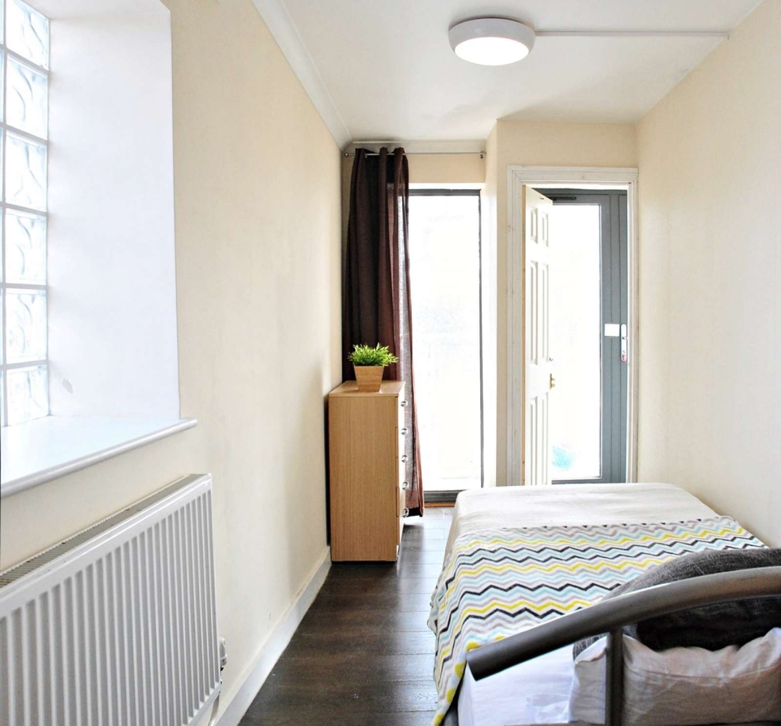 double bed in rooms to rent in 3 bedroom flat with balcony in