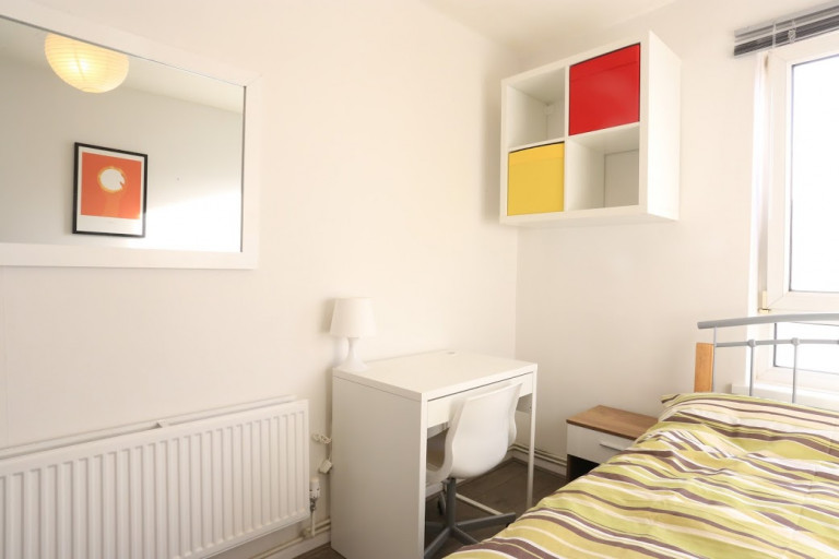 Double Bed in Rooms to rent in a 4-bedroom apartment in Tower Hamlets, Travelcard Zone 2