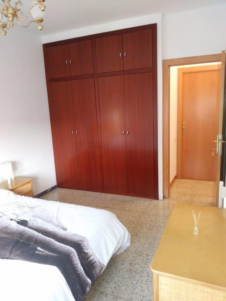 Room in 4-bedroom apartment in Esplugas de Llobregat