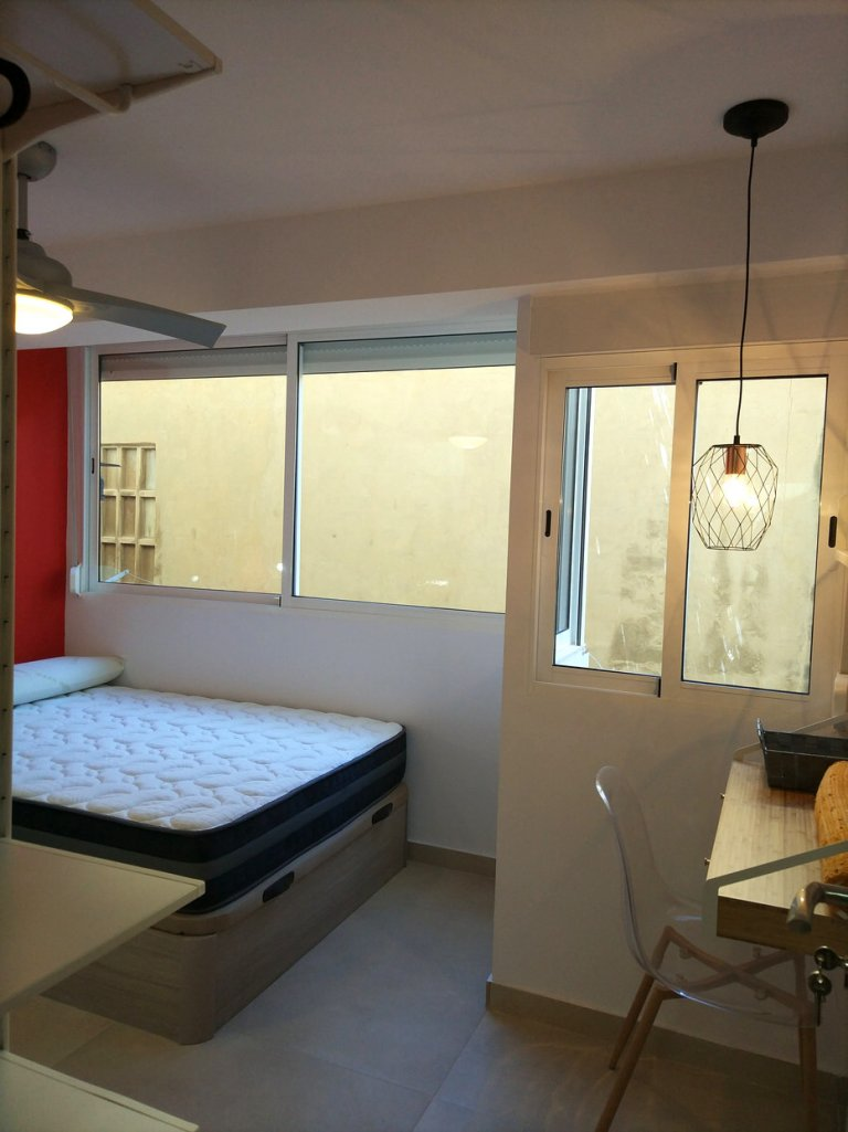 Rose-red room to rent in 4-bedroom apartment, Camins al Grau