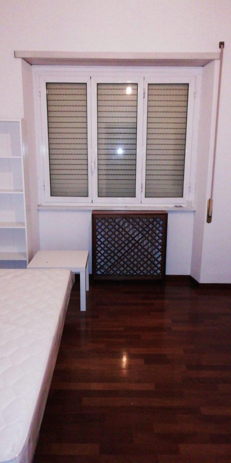 Pokój do wynajęcia w apartamencie z 4 sypialniami w Ardeatino w Rzymie
