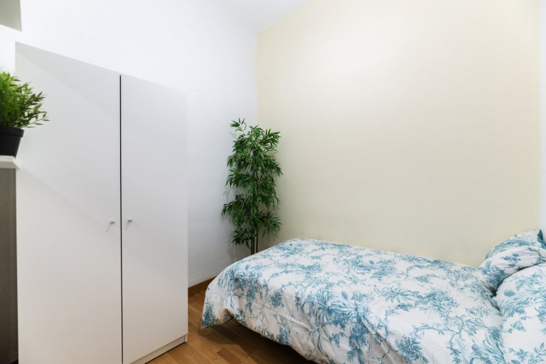 Cozy room for rent in 13-bedroom apartment in Centro, Madrid