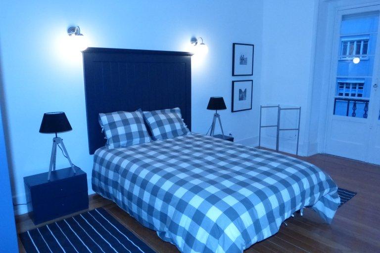 Habitación en un apartamento de 6 habitaciones en Avenidas Novas, Lisboa.