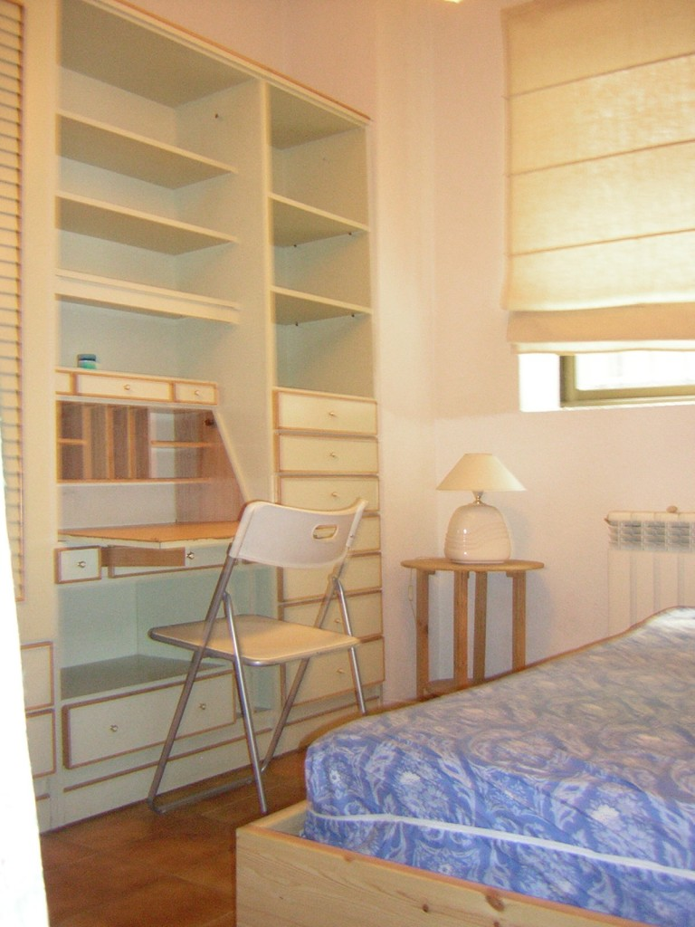 Cozy bedroom locate in the popular student district of Madrid, Moncloa