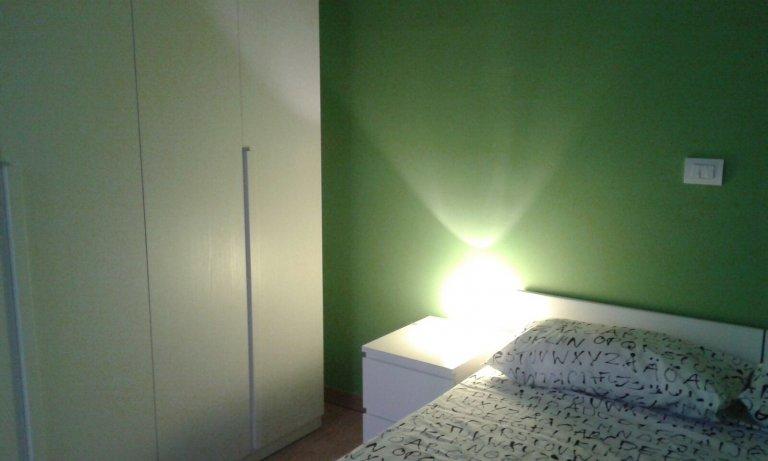 Pokój do wynajęcia w apartamencie z 3 sypialniami w Loreto, Mediolan
