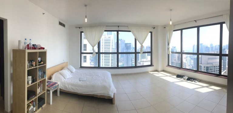 Double Bed in Rooms for rent in 5-bedroom apartment in Dubai Marina