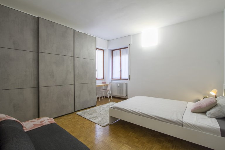 Ample room for rent in apartment with 5 rooms in Giambellino