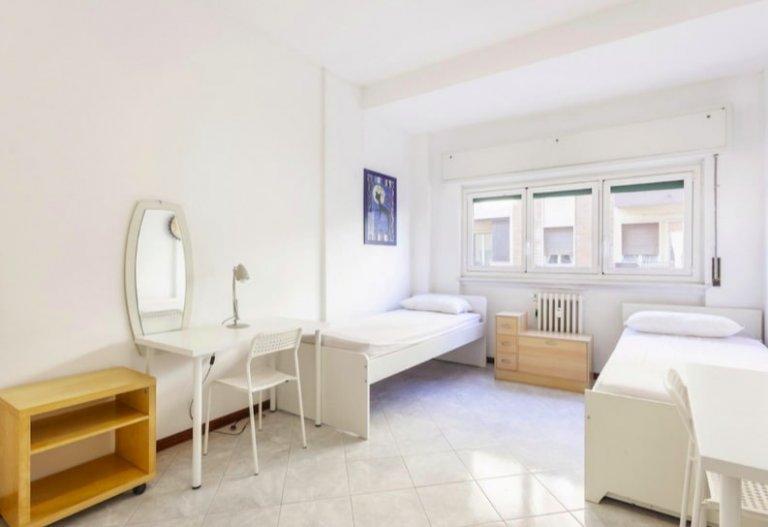 Cama para alugar em quarto compartilhado, apartamento de 2 quartos em Milão