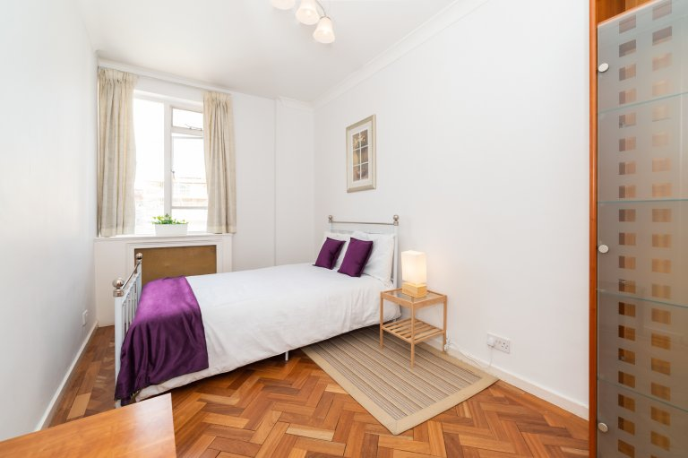 Chambre lumineuse à louer dans un appartement de 3 chambres à coucher dans la ville de Westminster