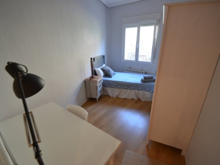 Room for rent in 2-bedroom flat in Imperial, Madrid