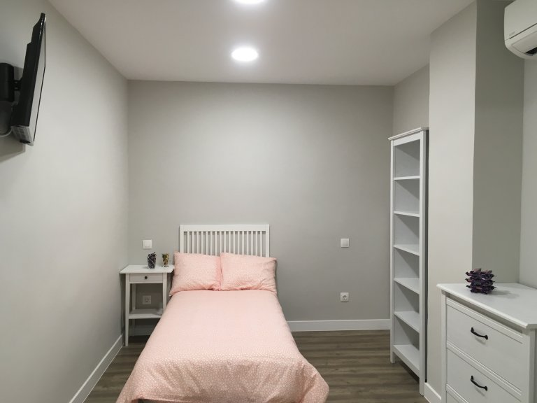 Comfortable room in 6-bedroom apartment in Imperial, Madrid