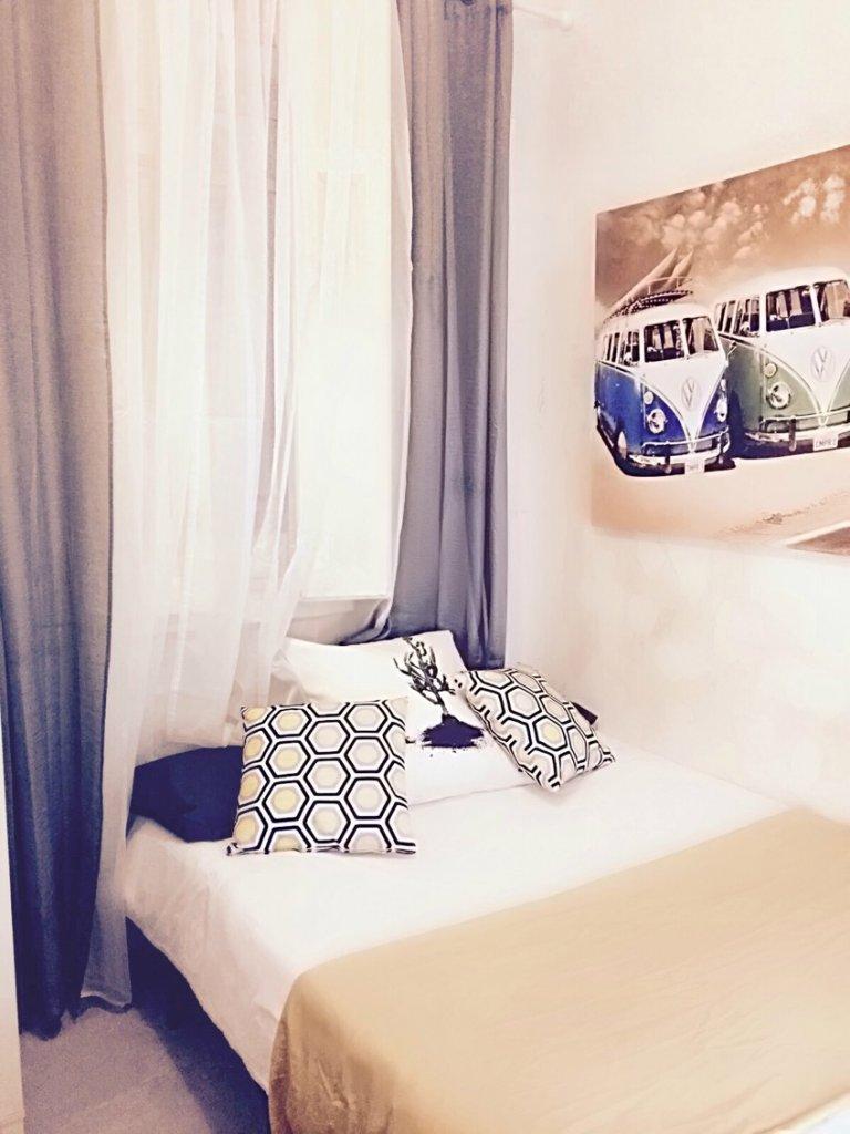 Sol, Madrid'de 8 yatak odalı dairede kiralık oda