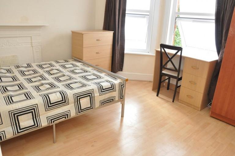 Double Bed in Rooms to rent in 4-bedroom house in Harringay