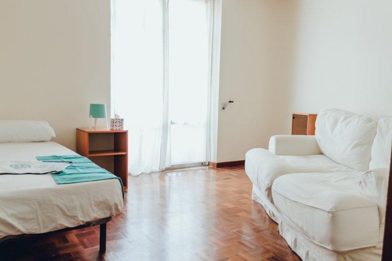 Przytulny pokój w apartamencie z 2 sypialniami w Moncloa w Madrycie