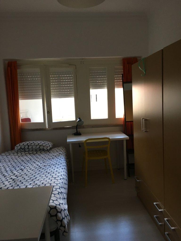 Ładny pokój do wynajęcia w apartamencie z 3 sypialniami w Lizbonie.