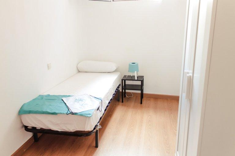 Przytulny pokój w apartamencie z 3 sypialniami w Moncloa w Madrycie