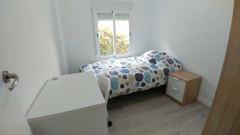 Quarto acolhedor em apartamento de 3 quartos em Camins al Grau, Valência