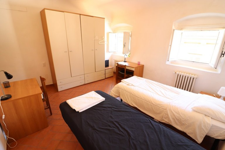 Room for rent in 3-bedroom apartment in Florence