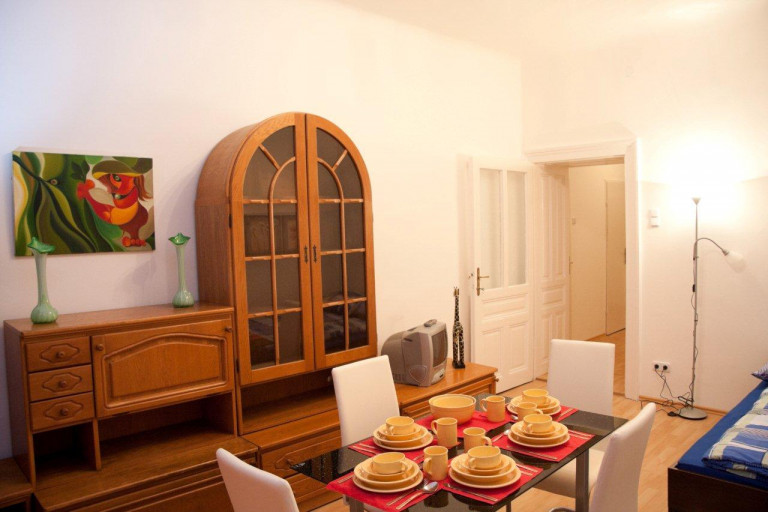 Spacious 2-bedroom apartment near train station for rent in Favoriten