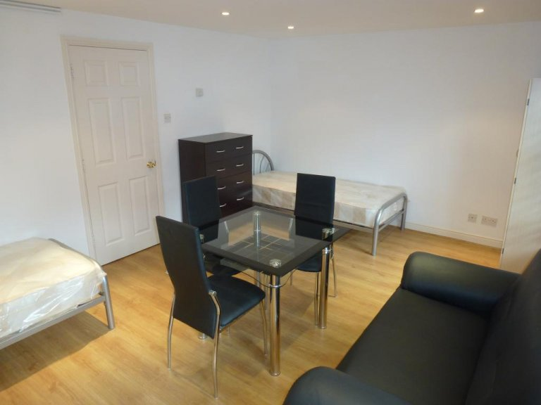 Twin Beds in Rooms for rent in spacious 5-bedroom home in Gladstone Mews