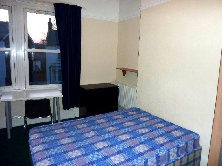 Bonne chambre dans un grand appartement partagé à Londres