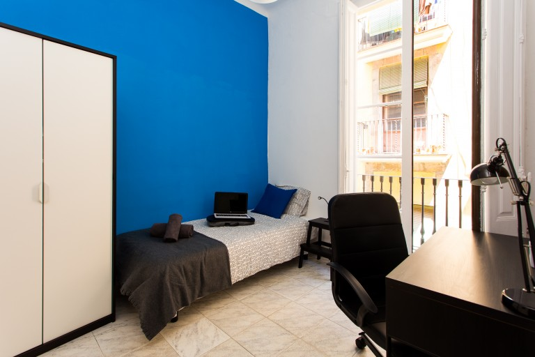Rooms for rent in apartment with balcony, El Born, Barcelona