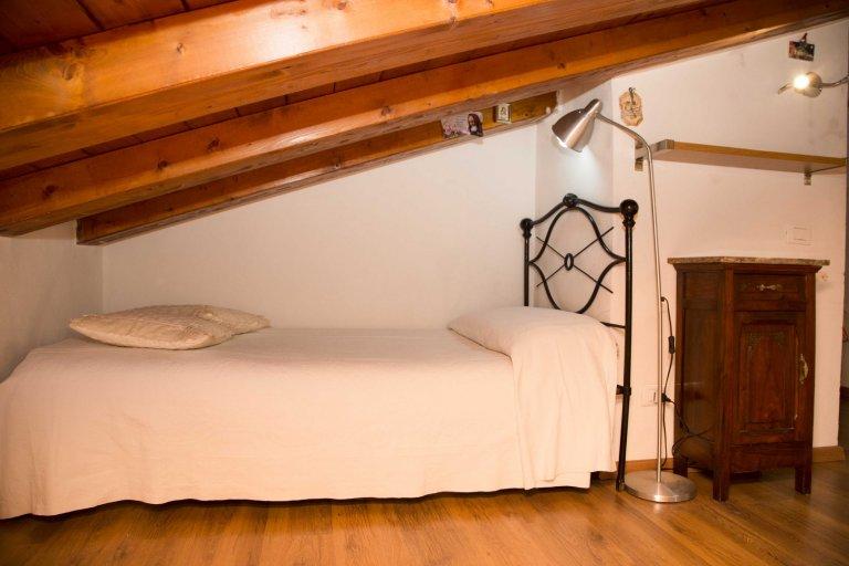 Camera in appartamento con 3 camere da letto a Termini, Roma