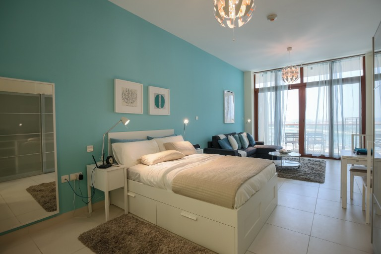 Bright studio apartment with balcony and pool access for rent in Palm Jumeirah area