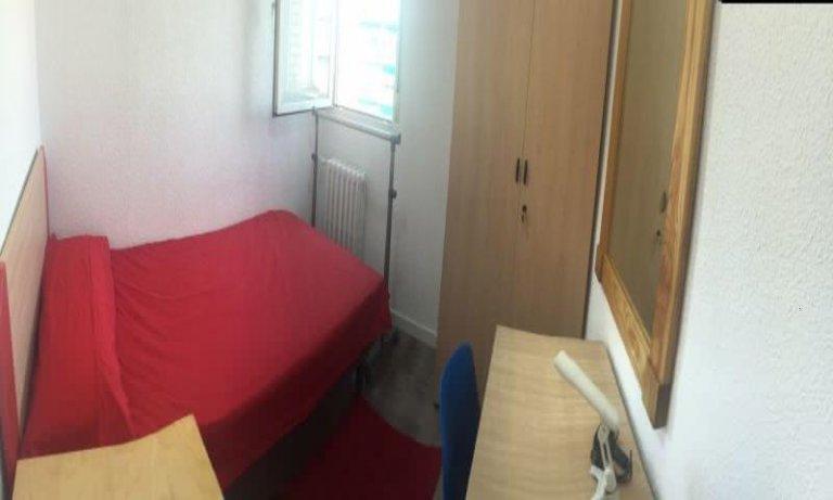 Chambre lumineuse dans un appartement de 4 chambres à Delicias, Madrid