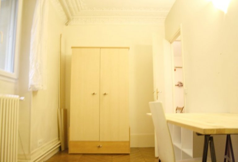 Single Bed in Rooms for rent in 5-bedroom apartment in the 9th arrondissement