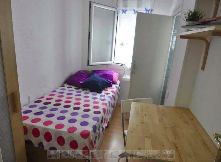 Przytulny pokój w apartamencie z 4 sypialniami w Poble Nou, Barcelona