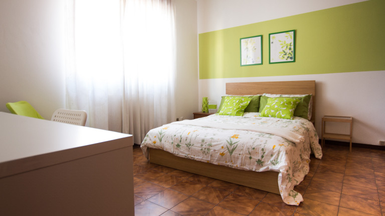 Double Bed in Modern rooms for rent in 6-bedroom apartment with Balcony in Affori