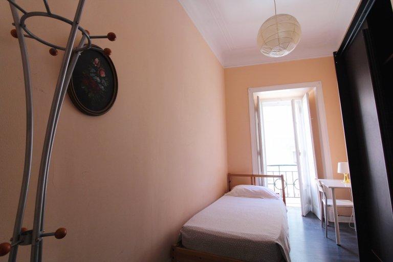 Pokój do wynajęcia w apartamencie z 5 sypialniami w Lizbonie