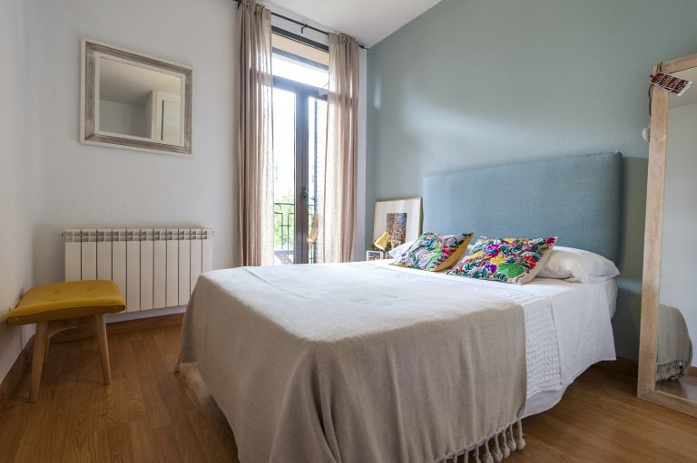 Słoneczny pokój w apartamencie z 3 sypialniami w Salamance w Madrycie