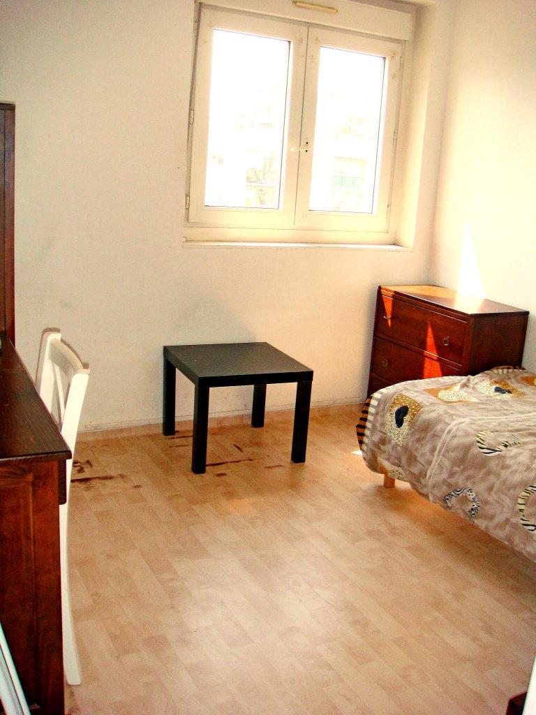 Pokój do wynajęcia w 4-pokojowym mieszkaniu w Créteil w Paryżu
