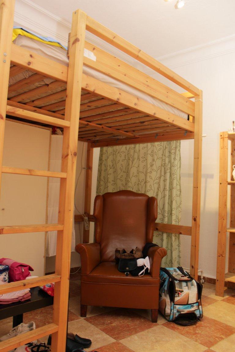 Equipped room in 6-bedroom apartment in La Macarena, Seville