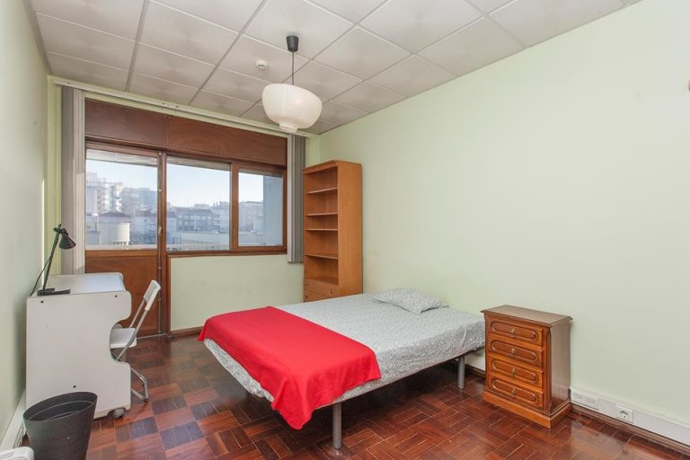 Quarto acolhedor em apartamento com 6 quartos no Areeiro, Lisboa